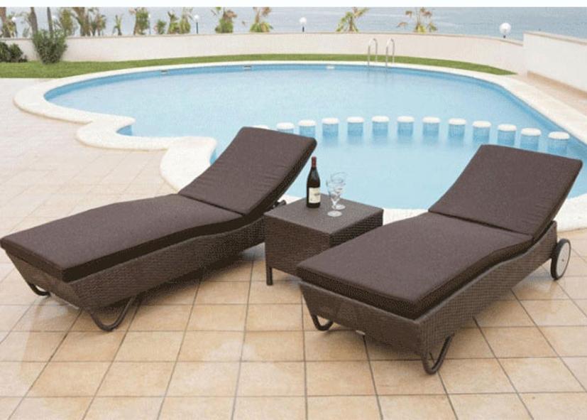 Trang trí bể bơi gia đình bằng ghế nằm sang trọng